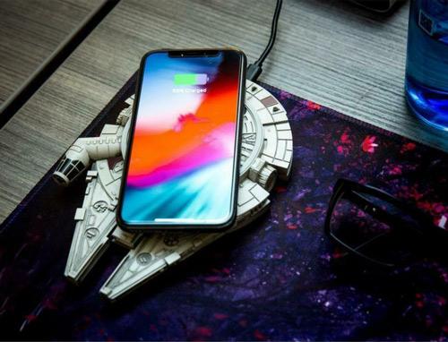 true-star-wars-fan-millenium-falcon-wireless-charger-in-action